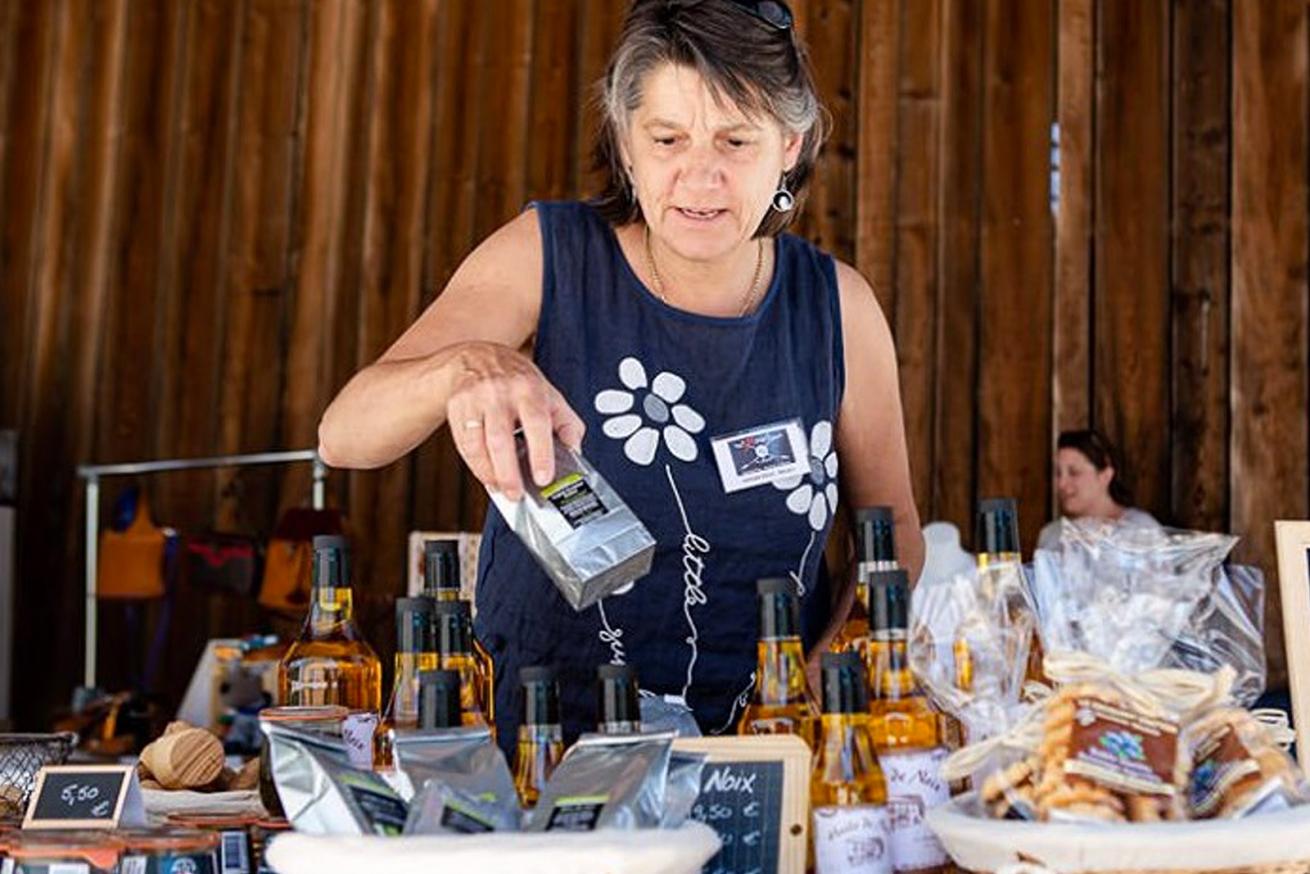 Nathalie à la vente du moulin de tencin